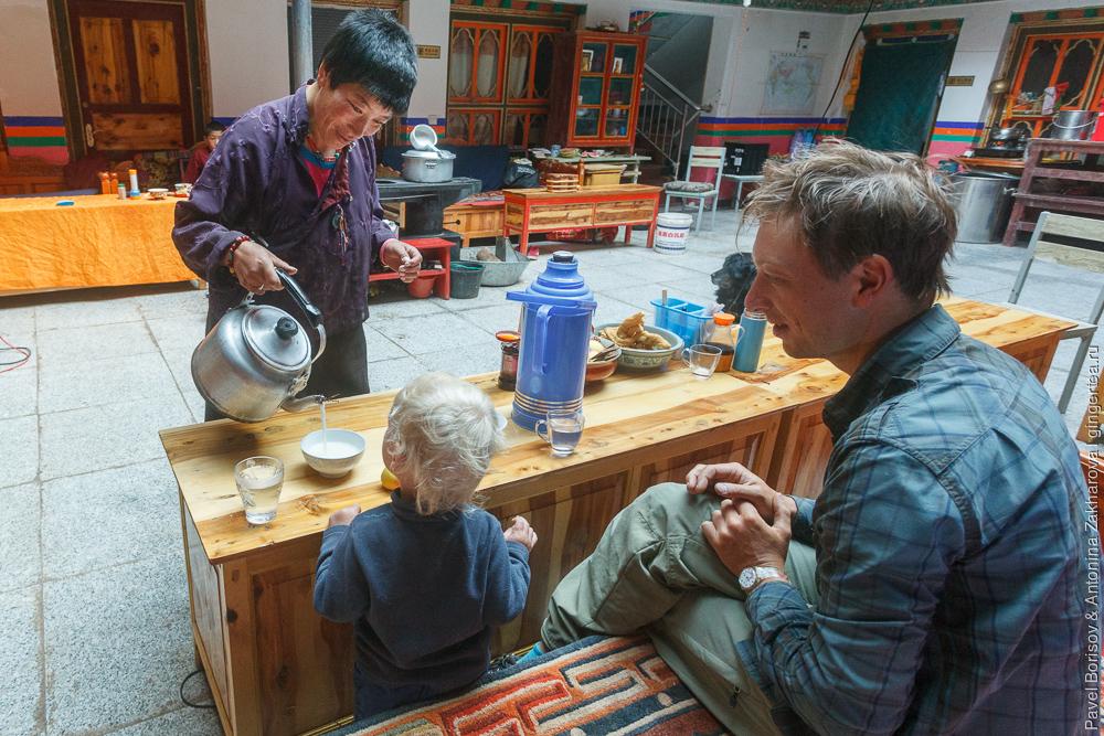 велосипедисты в гостях в тибетском монастыре