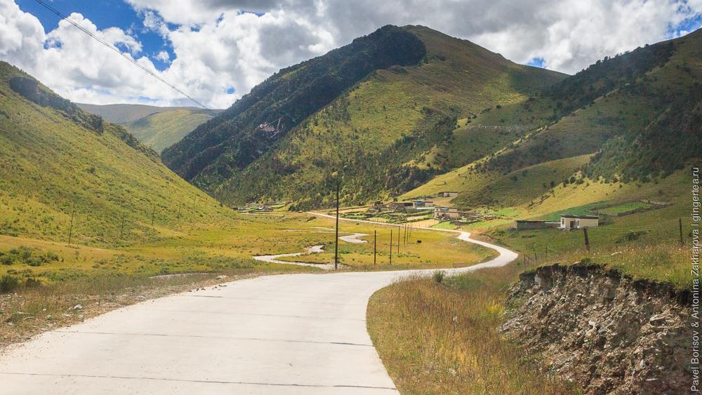 бетонированная проселочная дорога, Восточный Тибет