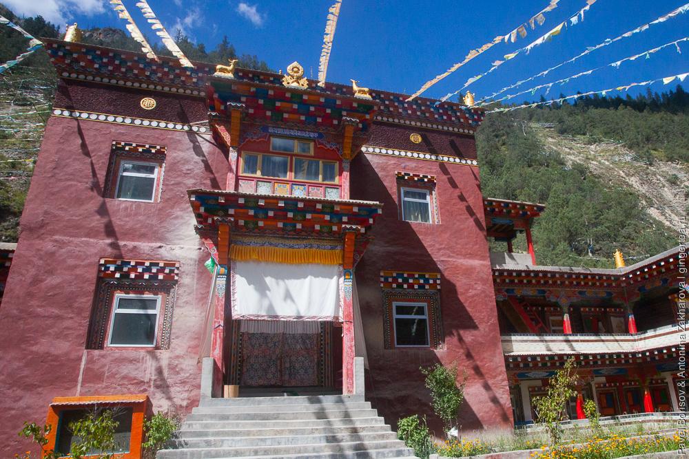 монастырь цвета охры в Восточном Тибете