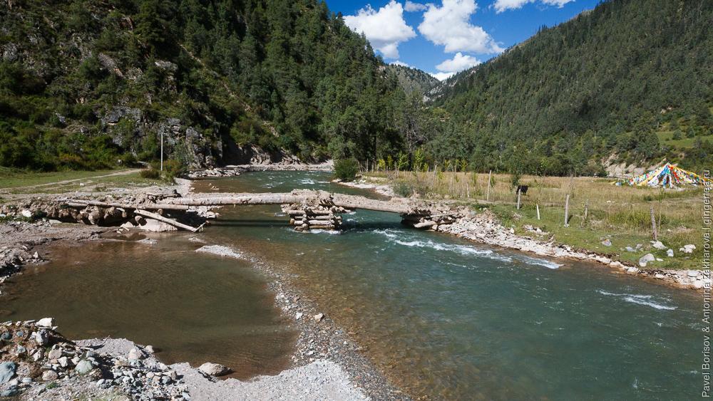 мостик через реку в Тибете