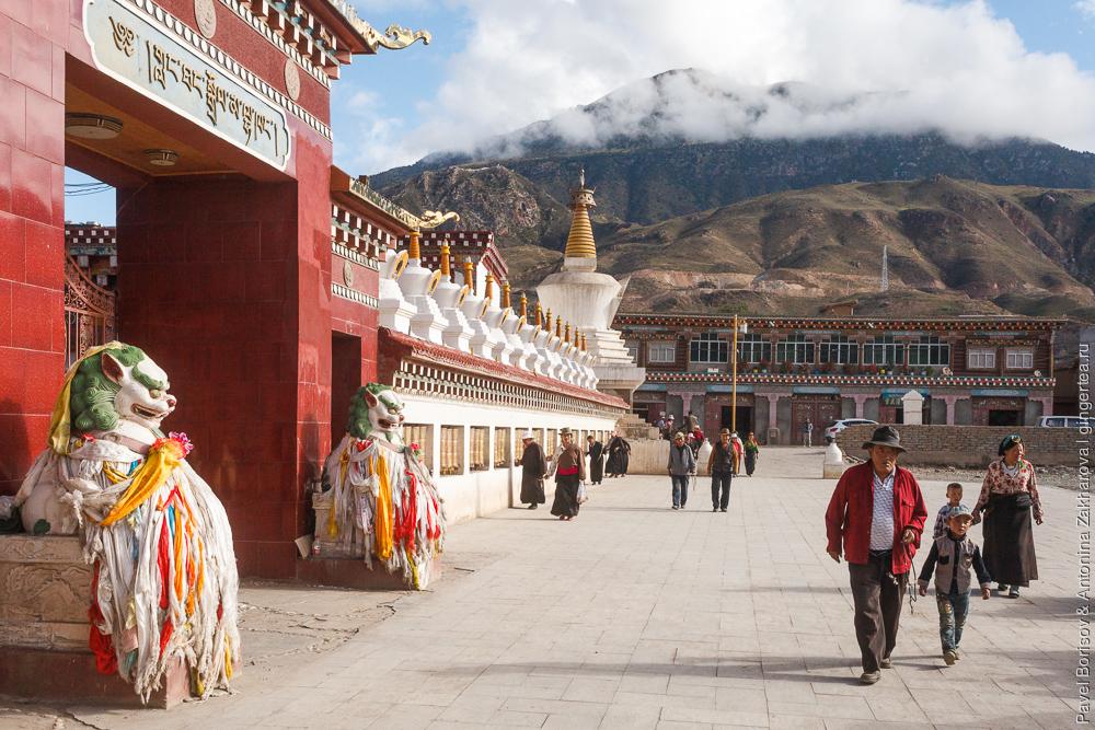 тибетский монастырь в городе Люшо, провинция Сычуань, Китай