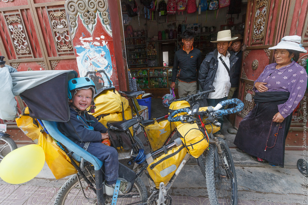 велосипедный поход с детьми через городок Люшо, Сычуань, Китай