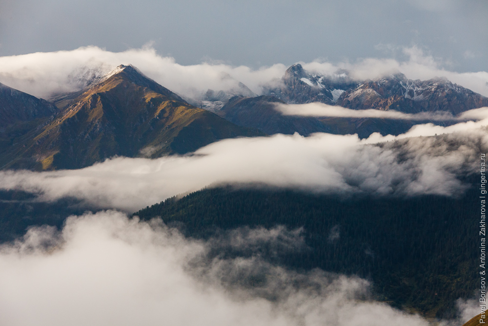 облака плывут над горами Тибета после дождя