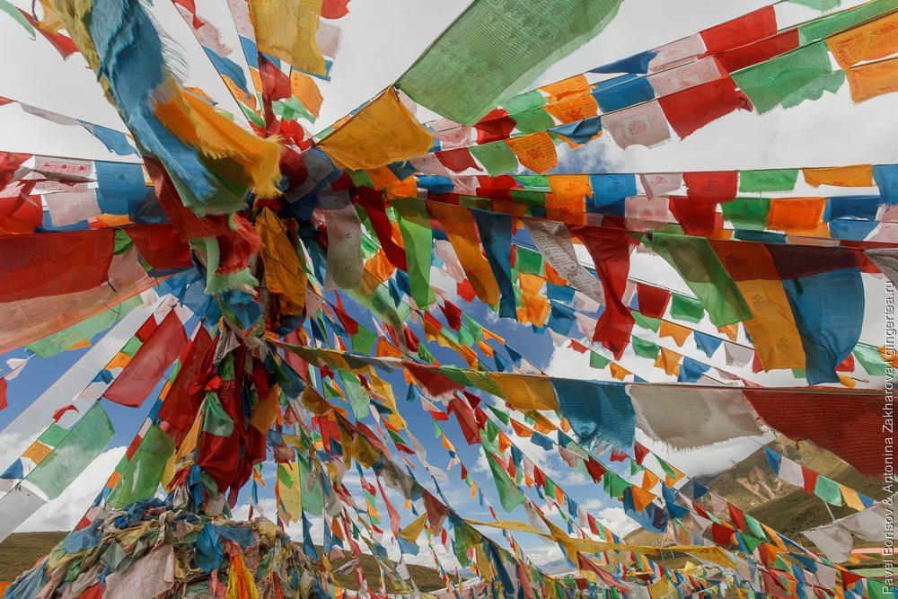флажки на перевале в Тибете