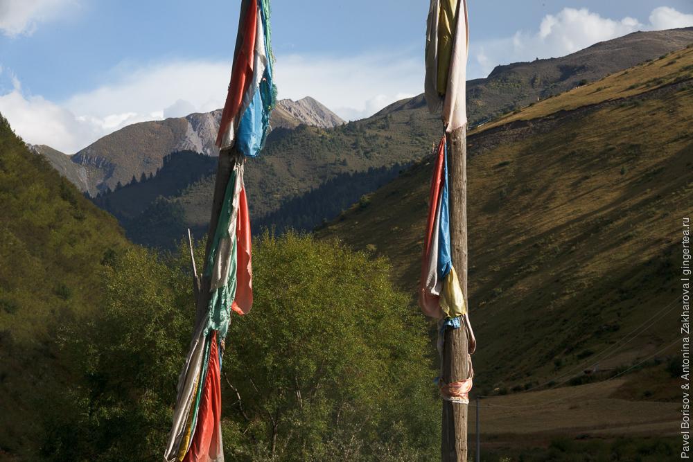тибетские флажки на шестах