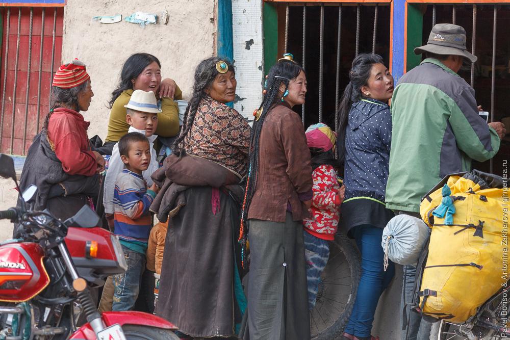 тибетцы в традиционной одежде и украшениях