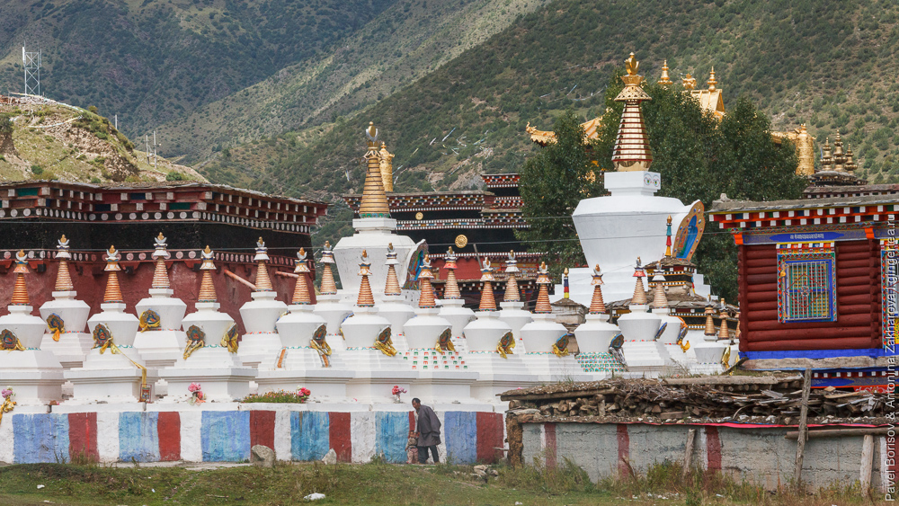 Ступы и монастырь в маленьком тибетском селе в Сычуани