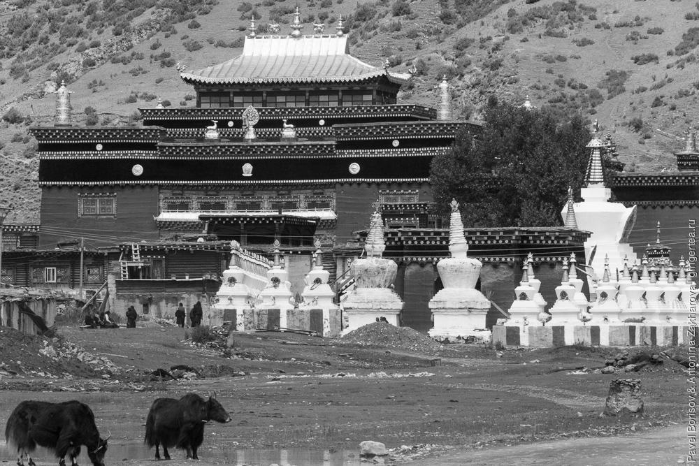 монастырь в маленьком тибетском селе в Сычуани