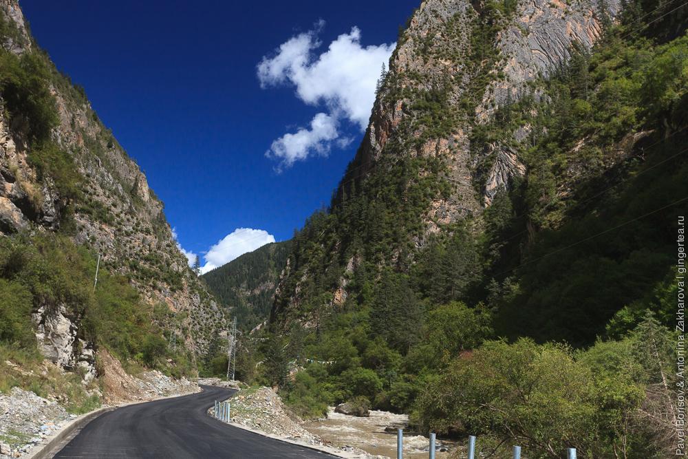 асфальтовая дорога в провинции Сычуань, Китай