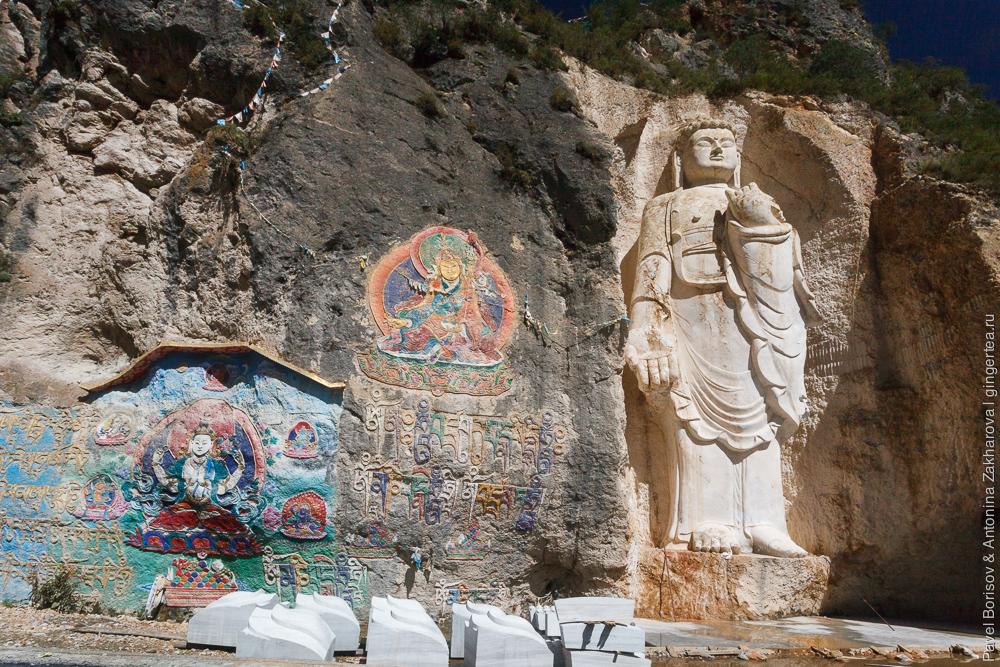 Статуя Будды в полный рост, высеченная из камня
