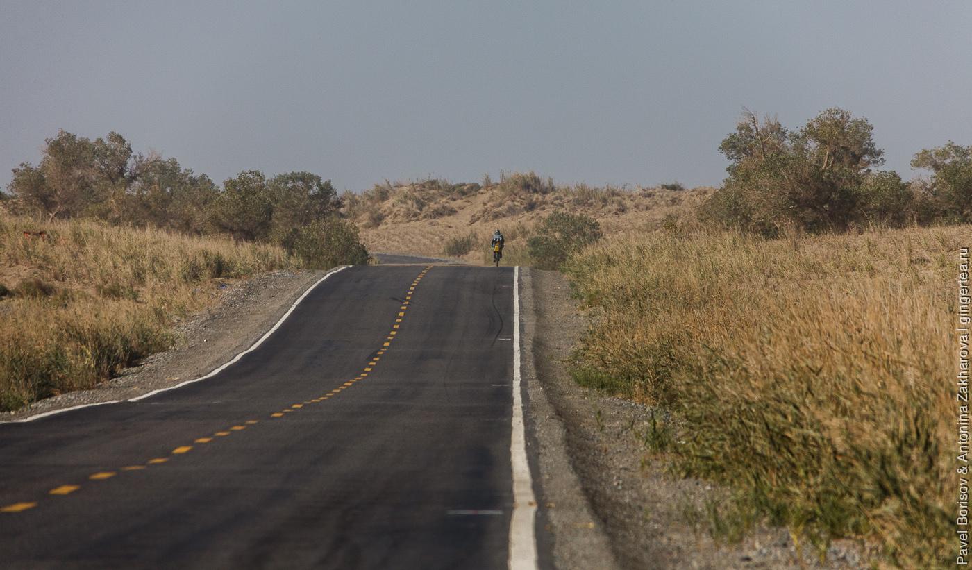 асфальтовая дорога по пустыне Такла-Макан в Китае