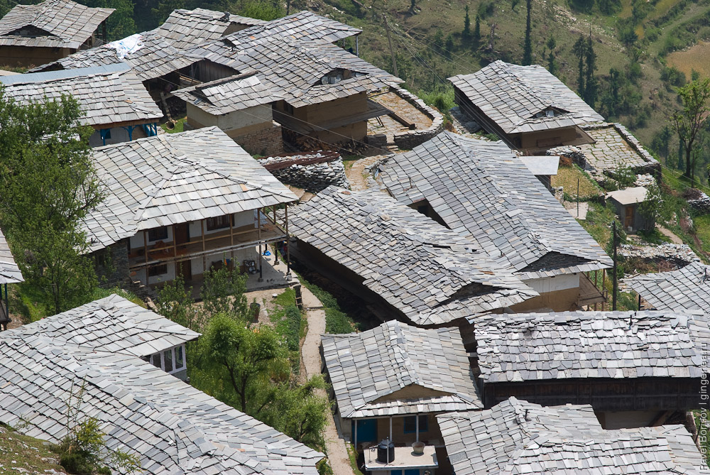 Крыши домов в долинах Куллу и Сатледжа покрыты камнем-плитняком, roofs of Kullu and Sutlej traditional houses are covered by flat stones