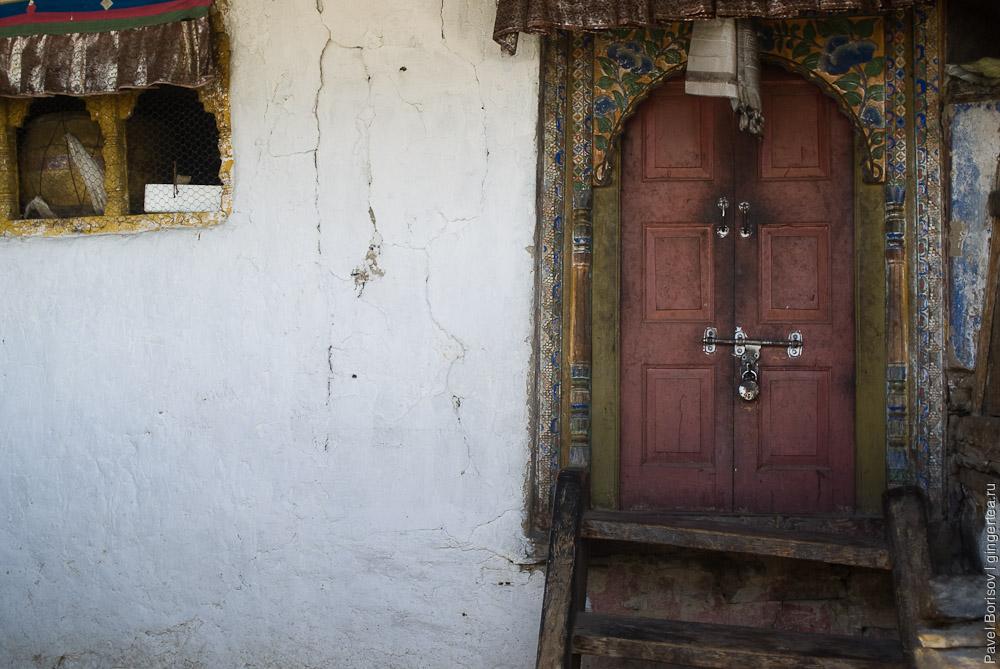 Вход в старый храм монастыря Ташиганг