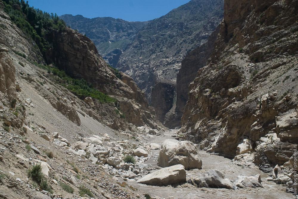 Внизу ущелье непроходимо из-за скал