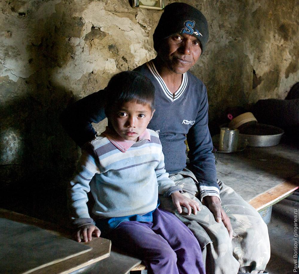 Непальский дорожный рабочий с внуком