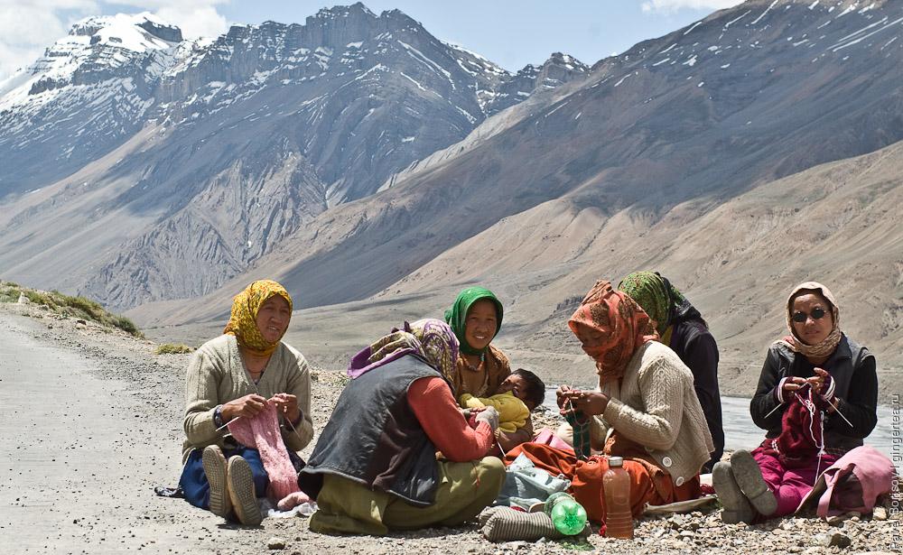 тибетские женщины у дороги в долине Спити, women in Spiti valley