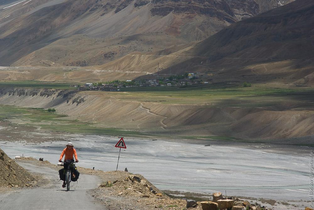 велосипедист в долине Спити, cycling in Spiti valley