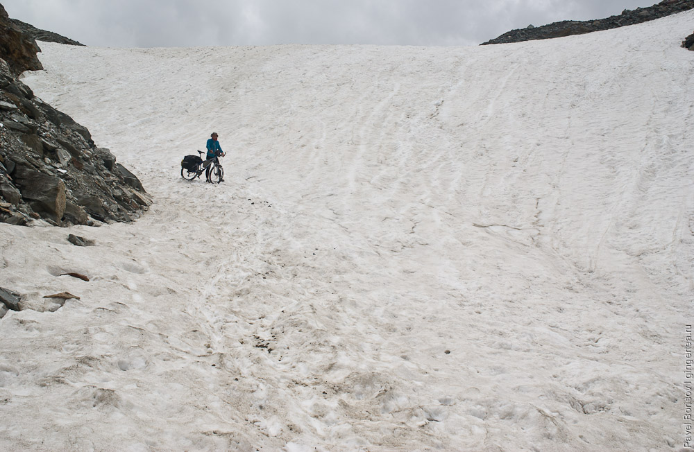 Снежник с северной стороны перевала Шинго-Ла