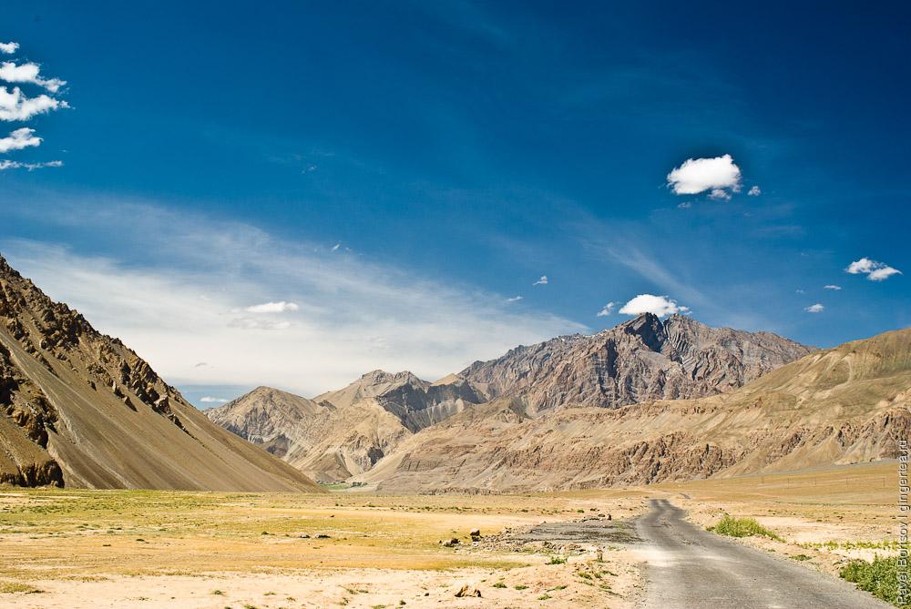 Дорога вдоль реки Занскар между деревнями Падум и Зангла