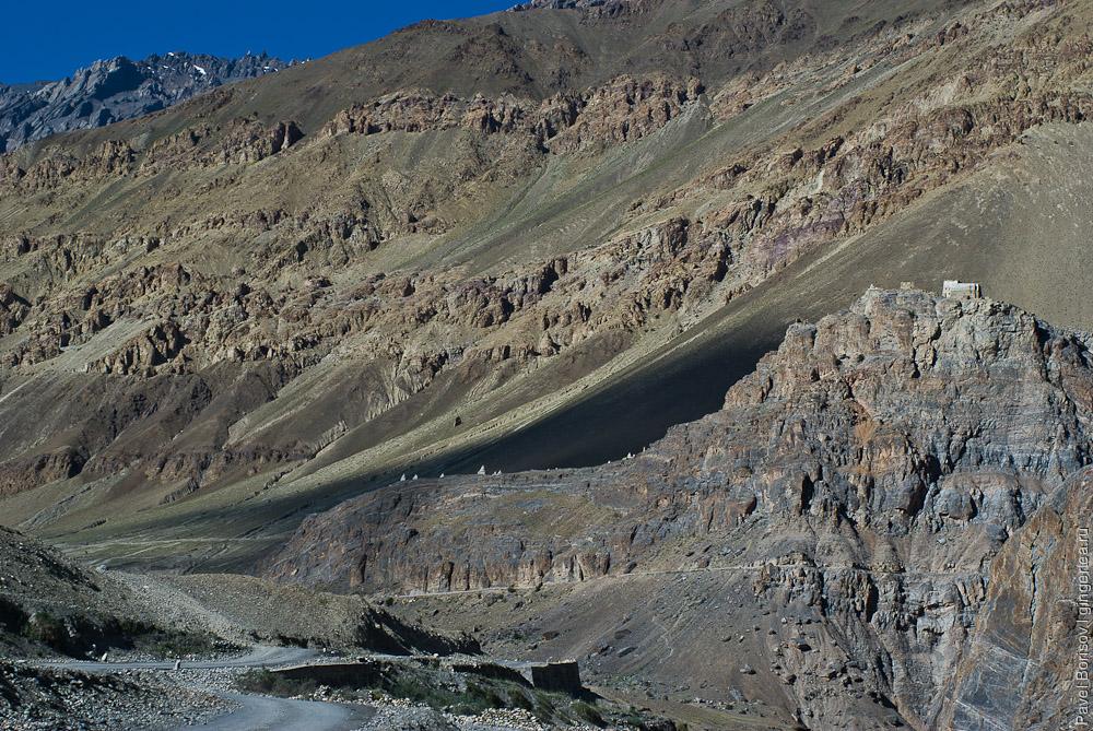 В деревне Зангла сохранился древний храм-крепость на отвесной скале, Занскар