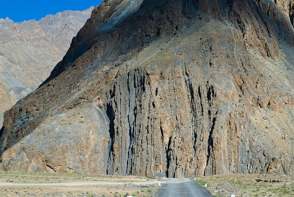 Древние пласты осадочных пород хребта Занскар в во время образования Гималаев были настолько деформированы, что пласты стали вертикальными