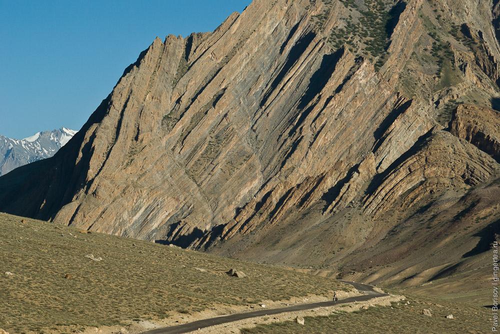 Широкую долину реки ниже по течению горы сожмут непроходимыми прижимами