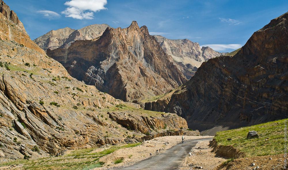 Долина реки Занскар, узкий участок наиболее сложен для строительства запланированной дороги