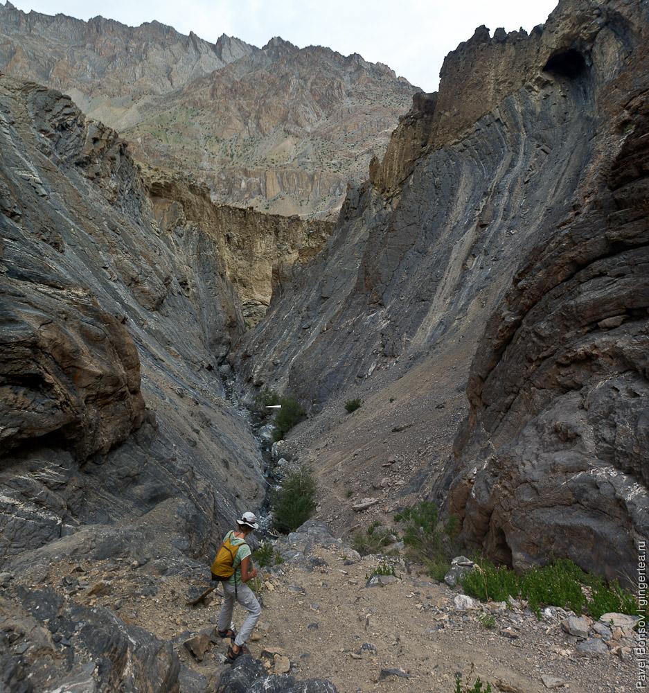 Узкий каньон притока реки Занскар в районе ее порогов, Индия