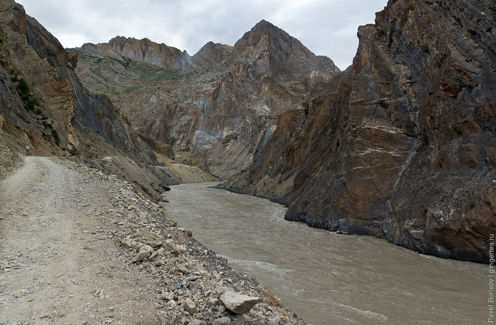 Последний километр строящейся дороги перед порогами реки Занскар, Индия