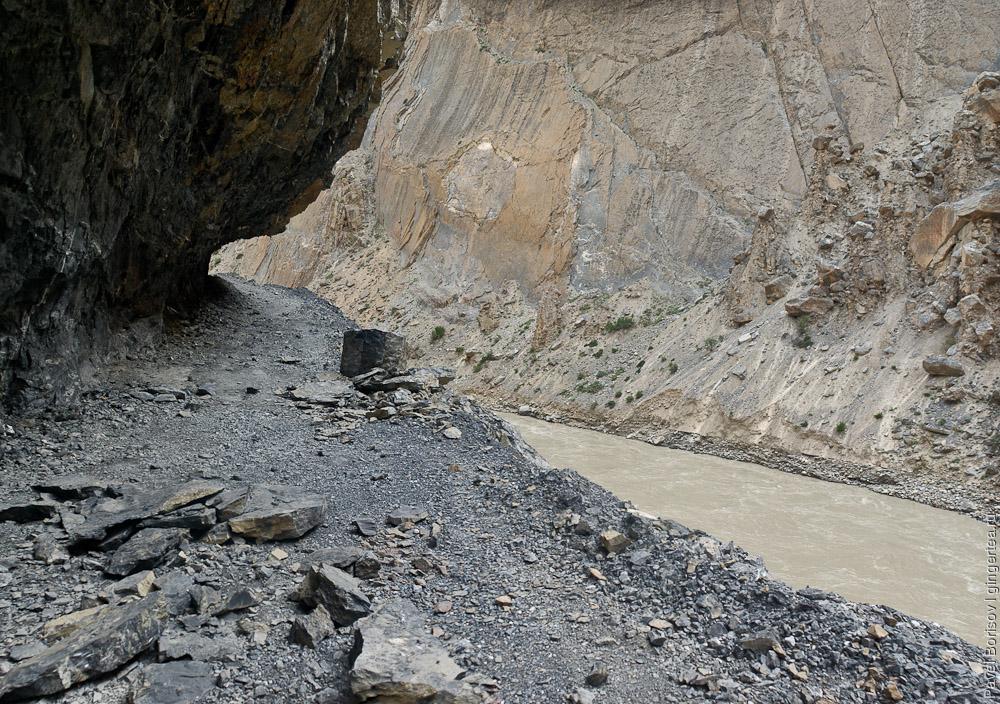 Порог на реке Занскар, Индия. Из скального свода периодически выпадают угловатые глыбы
