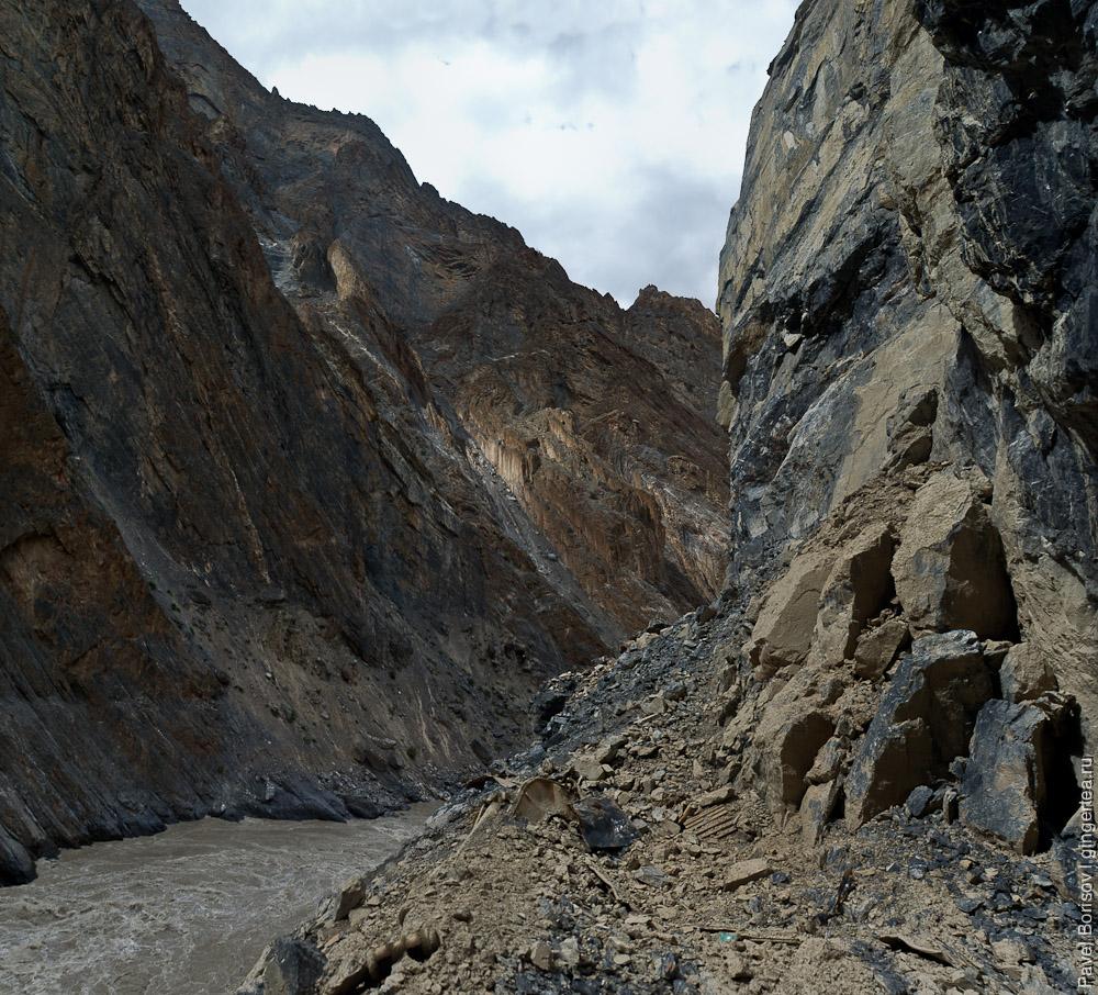 Порог на реке Занскар, Индия: Последнее место проходки дороги, остановленной из-за несчастного случая - гибели экскаваторщика под обвалом. Из под глыб видны сплющенные гусеницы экскаватора.