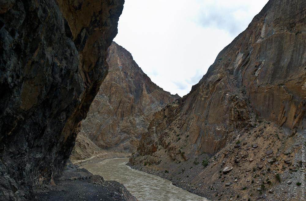 Порог на реке Занскар, Индия: Последнее место проходки дороги, остановленной из-за несчастного случая - гибели экскаваторщика под обвалом
