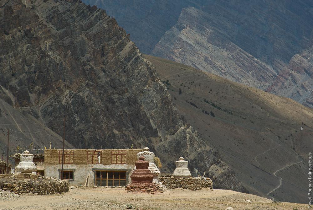 Буддийские ступы в строящейся деревне на левом берегу Занскара, напротив Занглы, Индия