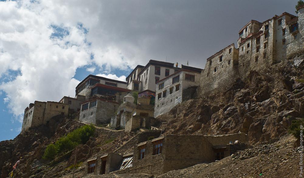 Буддийский монастырь в деревне Карша похож на крепость, Индия