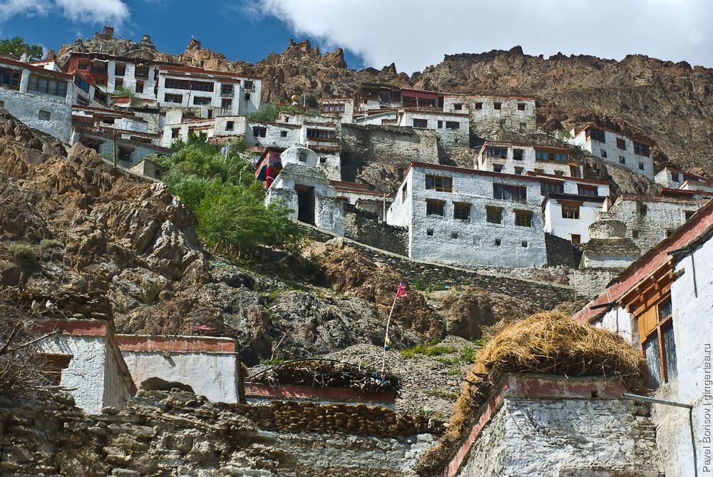 Буддийский монастырь в деревне Карши похож на крепость, Индия
