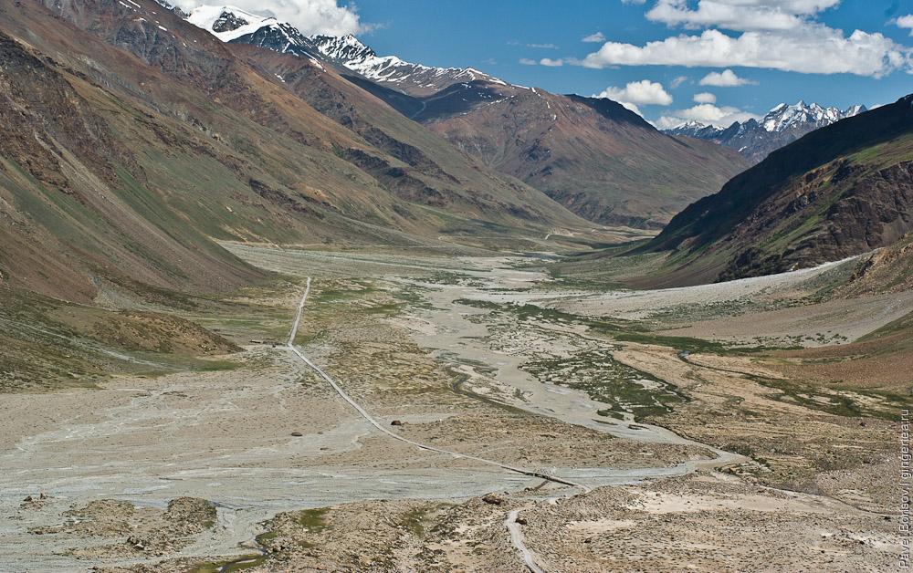 Лишь нитка дороги по реке Дода связывает Занскар с остальным миром. Вид с подъема на перевал Пенси-Ла , Занскар, Индия