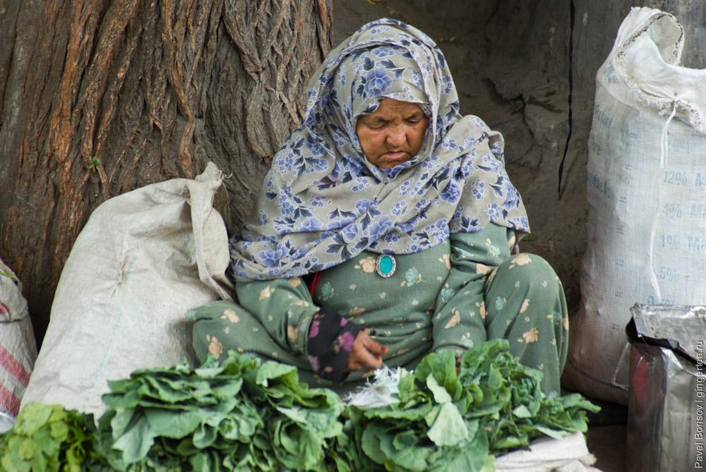 индийская бабушка, продающая зелень