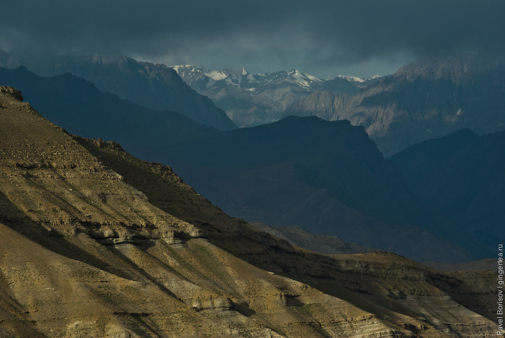 горы в Ладакхе на пути из Каргила на перевал Хамботинг-Ла