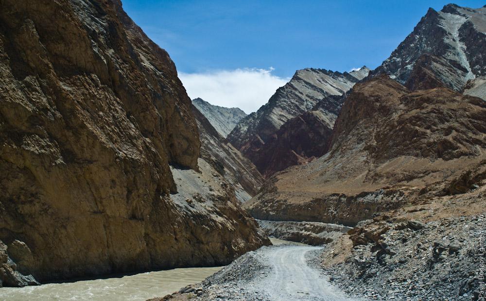 строящаяся грунтовая дорога из Ладакха в Занскар
