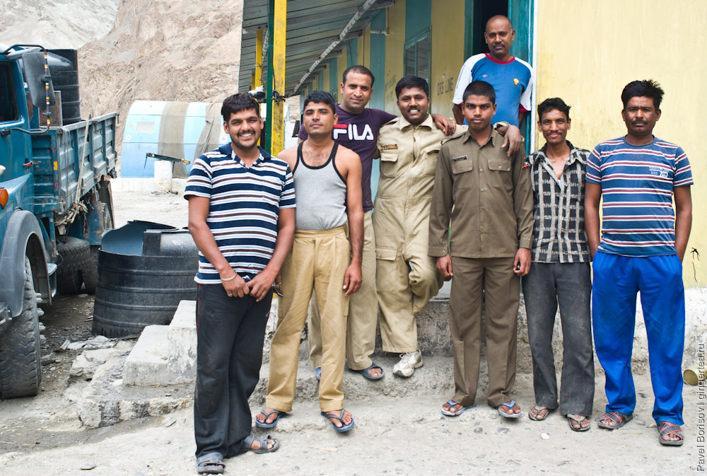 сотрудники BRO — организации приграничных дорог в Индии, рядом с базой