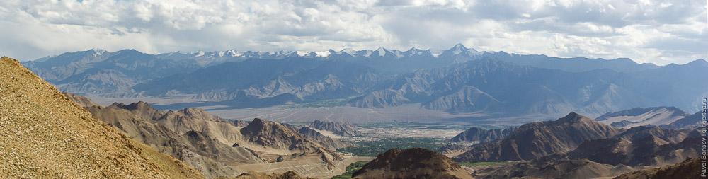 панорама Леха с подъема на перевал Кардунг-Ла в хребте Ладакх