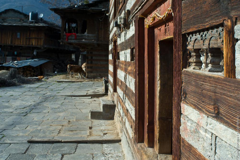 дверь в традиционный дом в долине Куллу