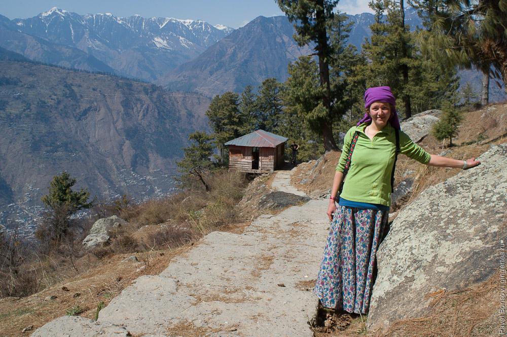 Антонина Захарова в долине Куллу, на пути в храм Биджли Махадев