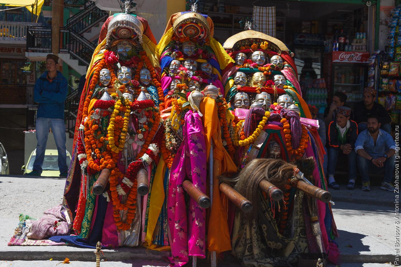 паланкин с богами на празднике в долине Куллу, индийские Гималаи