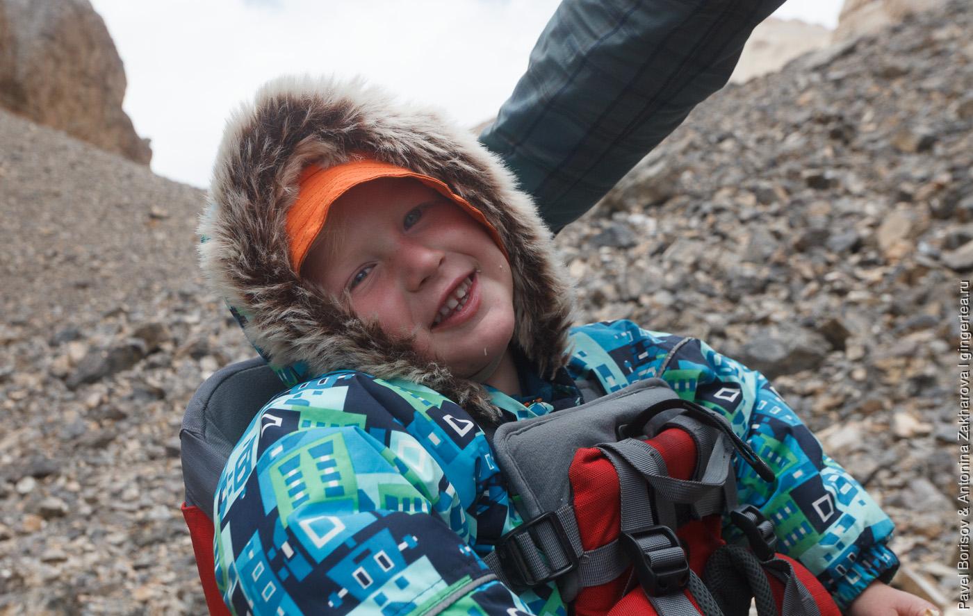 Малышу в походе нужна гораздо более теплая одежда, чем взрослым подъем к вершине Лингти, Индийские Гималаи