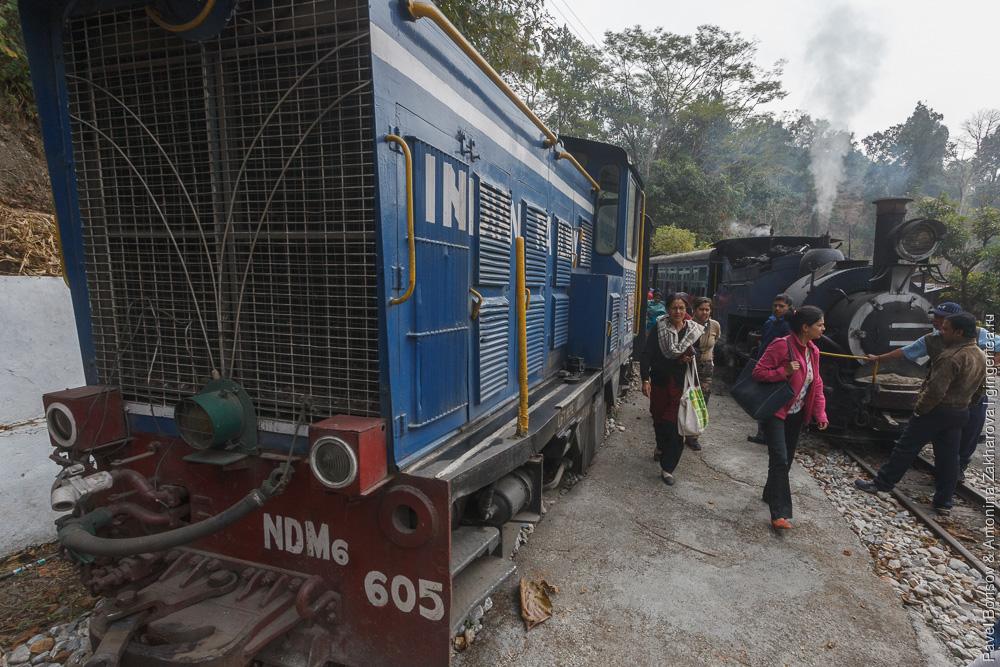 тепловоз обгоняет паровоз Дарджилингская Гималайская железная дорога