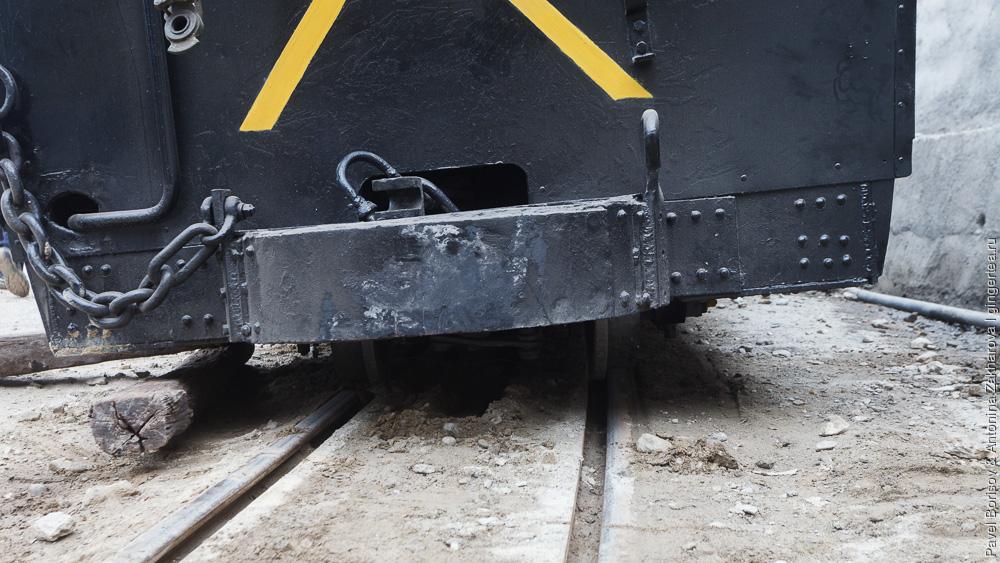 как вручную вернуть на рельсы сошедший вагон Дарджилингская Гималайская железная дорога