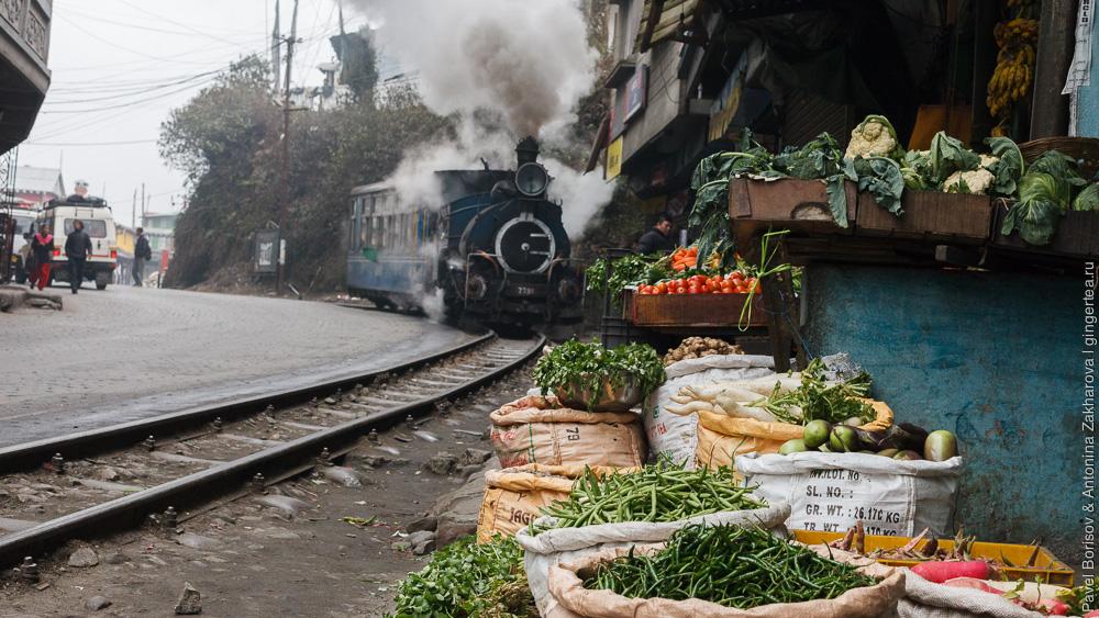 Паровоз DHR class B едет по узкой улочке Гхум Дарджилингская Гималайская железная дорога