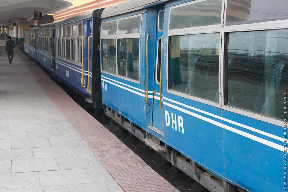 Вокзал в Дарджилинге, узкоколейные пассажирские вагоны, Гималайская железная дорога