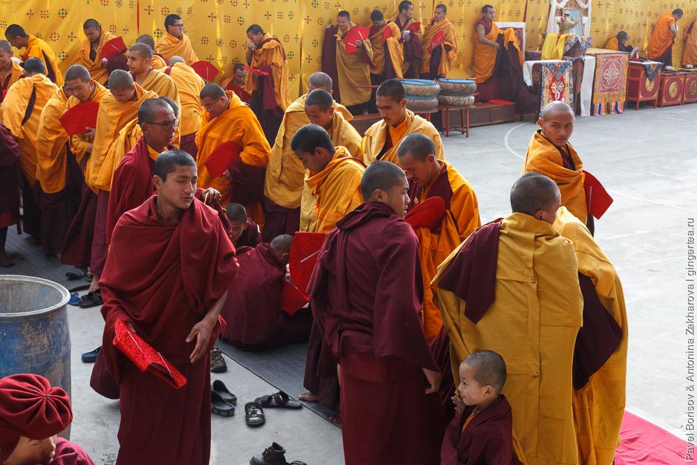 монахи в монастыре Друк Санганг Чолинг